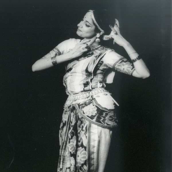 1983 Sanjeevini Dutta performs Odissi at the Bhavan Centre and starts Odissi classes